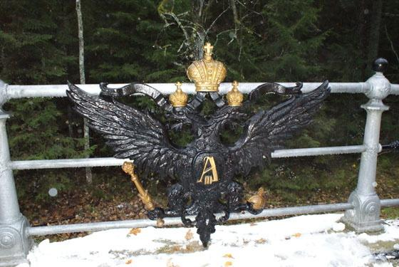 Mostek z carskim orłem w białoruskiej części Puszczy Białowieskiej